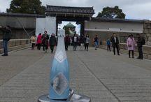Devant le palais d'Ossaka au Japon