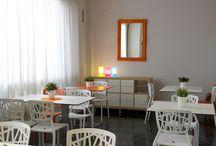 El Hotel / Nuestras instalaciones tienen una decoración colorista, luminosa y enérgica. ¿Qué te parece?