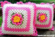 Almofadas / Almofadas em crochê para decoração Execução: Diandra Schmidt Rosa Blog: www.diandracroche.com.br