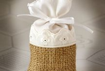 Favor Bags / These Linen and Burlap Bags are highly versatile and can be used for any season! As spring wedding favors, fill them with stalks of colorful wildflowers. In the summer, fill them with aromatic whole coffee beans, soaps, potpourri. As late fall wedding favors or winter wedding favors, fill the bags with forced bulbs for ideal eco friendly wedding favors. Each roomy bag comes with a pair of drawstrings to easily secure its contents.