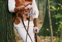 Abenteurer / Komplettgewandung zur Darstellung einer Abenteurer oder Streuners  Die Gewandung besteht aus:  - Rüstwams aus Fett- und Wasserbüffelleder - Mütze aus Ziegenleder - Armschienen aus Fett- und Wasserbüffelleder - Geldkatze aus Velourleder - Gürteltasche aus Fettleder - Gürtel aus Kernleder - Baumwollhemd - Hose