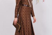 Camel Rengi Tesettür Osmanlı Motif Elbise / Tesettür Giyimde Osmanlı Motif Elbise Ürün Özellikler; pamuklu esneyen dökümlü kumaş, hakim yaka, Arka düğmeleri açılmakta.