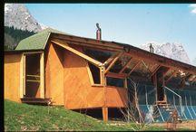 """Das erste Sonnenhaus Österreichs / Der Grazer Architekt Konrad Frey baute 1977 das erste prototypische Privathaus mit Sonnenenergie in Österreich. Das """"Haus Fischer"""" am Grundlsee wurde gemeinsam mit dem Institut für Umweltforschung (heute Joanneum Research) gefördert und entwickelt. Aus: 100 österreichische Häuser"""