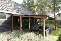 Hout & doek · by Jumbo / De houten terrasoverkapping met doek is een stijlvolle verschijning. Een stoer maar subtiel houten frame, met daartussen een doek dat u zoveel schaduw bezorgt als u zelf wilt.