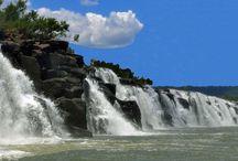 """Saltos del Moconá / Formando parte de la Biosfera Yabotí, el Parque Provincial Moconá ostenta una maravilla que la naturaleza le regala a estas tierras coloradas matizadas con los brillantes tonos de verde que abundan en la región: los Saltos del Moconá. """"El que todo lo traga"""", como indica su nombre en guaraní, es un increíble espectáculo: la fuerza con la que el caudal de agua se arroja, buscando su cauce, la inmensidad de esta cortina blanca y el aire puro que la envuelve, hechizan a todo el que la visite."""