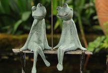couple de grenouille assis sur un banc