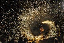 """Spectacol cu foc electrizant al trupei Hypnosis / Trupa brașoveană Hypnosis a reprezentat atracția primei zile a Festivalului de Artă Medievală care a debutat vineri în Cetatea de Scaun a Sucevei. Spectacolul cu foc având ca temă """"Ispitirea cavalerilor"""" a fost unul de-a dreptul electrizant fiind savurat cu mare plăcere de publicul numeros aflat vineri seară în Cetate."""