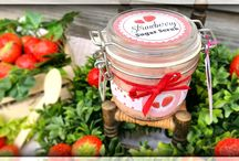 Strawberry Sugar Body Scrub / The strawberry sugar scrub will deeply cleanse your skin, making it soft and healthy glow. The strawberry seeds and organic fine sugar ensure the peeling and cleaning effect, while the coconut oil and avocado oil nourish and soften the skin. Enjoy the fragrance of fresh berries as if you are relaxing in a sunny strawberry field!  Ingredients: organic sugar, coconut oil, avocado oil en almond oil, shea butter, fragrance oil, vitamine E, strawberry seeds, jojoba pearl