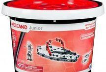 Meccano - klocki konstrukcyjne / Kolekcja firmy Meccano umożliwia konstruowanie szeregu modeli w oparciu o zestaw części, które łączą się za pomocą śrubek i nakrętek. Dzieci mogą budować modele z jednego zestawu w oparciu o dołączone do opakowania instrukcje, jak również wyrazić swoją twórczą wyobraźnię poprzez tworzenie unikalnych wzorów według własnego pomysłu.
