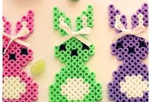 Bügelperlen - Schöne Vorlagen für Deinen Kindergeburtstag / Bügelperlen sind eine perfekte Beschäftigungsidee für Deine Kinderparty. Das können die kleinen Kinderfinger wunderschön nachbasteln.  Weitere schöne Ideen für Essen, Deko, Spiele, Einladung und Give-aways für Deine Kindergeburtstagsparty findest Du auf blog.balloonas.com  #kindergeburtstag #balloonas #party #spiel #bügelperlen #diy