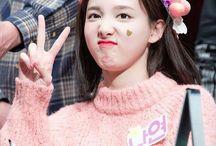 Nayeon || Twice / Nayeon 나연 || Im Na Yeon 임 나연 || Twice || 1995 || 1.64 || Vocal y Bailarina