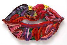 Art & Design / Ένα έργο σύγχρονης τέχνης από τον David Gerstein και μία πολυθρόνα σχεδιασμένη από τον Ron Arad που μοιάζει να συνομιλούν. Το χρώμα, οι ραβδώσεις, τα μισάνοιχτα χείλι…