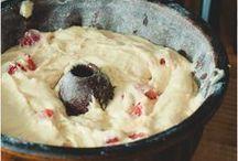 REZEPTE // BEEREN / Im Sommer freuen wir uns auf Erdbeeren, Himbeeren, Brombeeren, Stachelbeeren, Johannisbeeren und Holunder. Pur genascht schmecken die Vitaminbomben bereits herrlich, aber sie lassen sich auch zu einer vielzahl von tollen Gerichten verarbeiten. Die besten Rezepte von und mit Beeren zeige ich dir hier auf diesem Board.