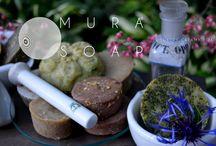 Săpunuri / Mura Soap reprezintă un melanj desăvârșit între chimie, ingrediente naturale și arta parfumeriei.  Mura Soap este creat pentru oameni sofisticați, dar în căutarea armoniei date de o viață simplă și sănătoasă .