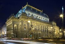 チェコの国民劇場 (Czech national theatre) / ネオレネッサンス建築で建てられ、金色の屋根の目立って大きい建物は、プラハの有名な観光名所のひとつです。