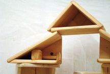 КУБИ-ДОМИК Алексея Лельчука / Конструктор для строительства многокомнатных, многоэтажных домиков для маленьких игрушек. Несколько кубических ящичков и дополнительных досочек и брусков. В каждом ящичке - две открытые стенки и окошко. Это позволяет составлять из ящичков комнаты разного размера и формы.  Размер одного ящика - 20*20*20 см.  Материал: сосна, покрытие -  экологичный масловоск. Стандартный набор, позволяющий выстроить интересный дом - 4 ящика, досочки и брусочки помещаются внутрь. A.lelchuk@mail.ru