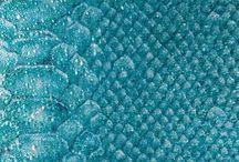 #WEBZINE #Lapetitesirène / Découvrez des produits innovants et improbables comme les billes de verre sur papier imprimé, la porcelaine craquelée artisanalement ou encore un fabuleux tressé cuir travaillé avec des motifs d'écailles. Les revêtements de sol ne sont pas en reste : tapis outdoor/indoor anti-UV et waterproof,en cordon et aux couleurs flashy et un tapis d'intérieur en soie qui dynamise les plus beaux espaces.