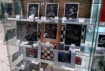 Картины в магазинах партнёров / Это витрины магазинов в Москве и области с нашими картинами. Картины выполнены с использованием страз Swarovski методом ручной наклейки на стекло с внутренней стороны.