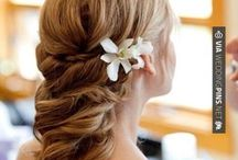 Flowers for the Hair / There's more to hair than just the do! Add some pizaz with fresh flowers.