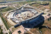 """Z cyklu """"ULMA na świecie"""": nowy stadion Atlético Madrid / W 2011 roku rozpoczęła się rozbudowa stadionu """"La Peineta"""" w Madrycie, której celem jest dostosowanie obiektu do wymogów UEFA. Stadion docelowo pomieści około 70 000 widzów, a jego otwarcie ma nastąpić w 2015 roku. Firma ULMA jest dostawcą deskowań na tę budowę."""