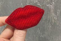 Брошь губы помада парфюм