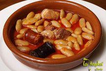 Cocina Asturiana / Asturias es sinónimo de productos de calidad, con una forma de producción tradicional y artesana. La cocina asturiana se ha impuesto como una de las cocinas más importantes de España, es sabrosa, elaborada con alimentos del mar y la montaña y en la que no falta el marisco, las carnes, el pescado y quesos, como el de Cabrales. También los deliciosos los platos de cuchara, siendo la fabada ya un clásico referente.