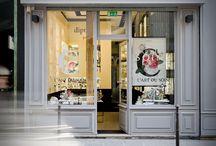 Boutiques Diptyque / En 2007, ce parfumeur parisien ambitionne d'oxygéner son image en lui insufflant une aura chic et organique. Le duo répond par la délicatesse d'un tissu végétal dessinant l'espace lumineux de présentation. Le noir et le blanc, poinçons de l'enseigne, galvanisent un showroom aux lignes géométriques.