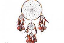 Indianische Traumfänger / Nach der indianischen Mythologie fangen Traumfänger die guten und die bösen Träume in der Nacht. Der Legende nach tragen diese Fänger der Träume die Kräfte von Erde, Wind, Feuer und Wasser in sich. Hängt man den Traumfänger über das Bett / eine Schlafstätte wird der darunter Schlafende gut ruhen.