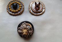Broche en hangers / Porselein met goudluster en kunststof