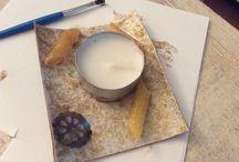 kaarsjeshouder / pak een stuk karton  pak pennen(eetbaar) glitterlijm en/of verf  lijm