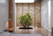*Harmonický ZEN styl* / Inspirace budhismem a západní civilizací, meditace, klid a životní rovnováha. Interiér by měl působit harmonicky a vyváženě. Barvy jsou jemné – bílá, smetanová, světlá zelená, modrá nebo žlutá. Typickým materiálem je bambusové dřevo, kámen, korek a lněné tkané textilie.  V interiéru se často pracuje se zásadami Feng Shui.