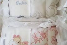 Enxoval de bebê em pintura ou bordados variados