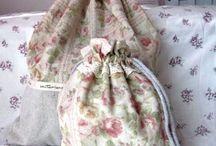 Kit De Bolsas Multi-Uso 2 / O Kit contém 2 bolsas: - 1 bolsa Tamanho 30cm x 40cm - 1 bolsa Tamanho 19cm x 25cm  Tecido: algodão e linho Peça reforçada Ótimo acabamento Forrada por tecido 100% algodão. Decorada com rendas de algodão.