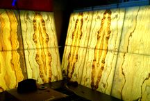Bookmatch Backlit Onyx / Lamina Stone tarafından Bookmatch olarak kesilmiş oniks paneller cam ile lamine edilerek transparan hale getirilir. Arkadan led ile aydınlanır.