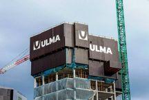 """Z cyklu """"ULMA na świecie"""": wieżowce Garellano w Bilbao / W Bilbao w Hiszpanii, w dzielnicy Garellano, zakończyła się niedawno budowa trzech wieżowców. Budynki o 24, 28 i 30 kondygnacjach i wysokości odpowiednio 78, 88 i 98 m są najwyższymi obiektami mieszkalnymi w Kraju Basków. Zostały zaprojektowane przez wybitnego architekta Richarda Rogersa. Firma ULMA dostarczyła na budowę wieżowców system osłon przeciwwiatrowych HWS, deskowanie stropowe RAPID, ścienne ORMA, systemy rusztowań BRIO i DORPA i inne."""