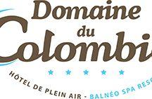 Domaine du Colombier - vue du ciel / Bonheur pour tous ! « Lagon » de 3800 m² pour les familles et superbe Spa avec Balnéo pour ceux qui recherchent détente et bien-être.  Entre Cannes et Saint-Tropez, à 4,5 km des plages, découvrez un domaine unique. Restaurants, magnifiques spectacles, fitness, clubs enfants et des locations luxueuses pour vos prochaines vacances sur la Côte d'Azur.