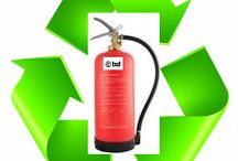 ECO brandblussers / ECO brandblussers. ECO schuimblussers zijn milieuvriendelijk. ECO brandblussers zijn meestal schuim brandblussers met milieukeurmerk. ECO schuimblussers zijn gevuld met een niet bijtend biologisch afbreekbare blusstof. Onze ECO brandblussers zijn erkende brandblussers van hoogwaardige kwaliteit. De duurzaam afbreekbare schuim brengt bij het blussen een afsluitende film (AFFF) op de brand. ECO brandblussers zijn geen dure brandblussers. ECO brandblussers zijn hervulbare AFFF schuim brandblussers.