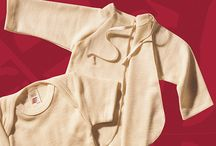 praktische Unterwäsche für das windelfreie Baby / Für ein Baby ohne Windeln eignen sich Bodys nicht unbedingt. Ich finde auch hier Wolle- oder Wolle-Seide-Stoffe äußerst empfehlenswert. Für die Kleinen empfehle ich Flügelhemdchen, später dann Schlupfhemdchen.