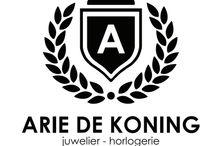 Juwelier Arie de Koning is al 25 jaar een begrip in de zuid-westhoek van Friesland. / Vader en zoon staan samen in de winkel, waar u een ruime keuze aan heren, dames en kinder sieraden en horloges vindt.