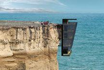 """Casa colgante. / Una empresa de arquitectura australiana ha ideado una perfecta casa modular para vivir en la costa del país: cuelga de un acantilado ofreciendo una vista espectacular sobre el Océano Indico. El concepto 'Cliff House' (Casa del acantilado) ha sido acuñado por la empresa de arquitectos australiana Modscape después de que una pareja pidiera a los diseñadores explorar opciones de diseño para """"parcelas extremas"""" de la costa del estado australiano de Victoria, informa 'The Telegraph'."""