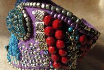 Brazaletes,Pulseras y Muñequeras / Soporte fieltro, bordadas a mano alzada, aplicacion de charms metalicos, perlas, piedras, resinas, strass colores, strass brillante, mostacillas, mostacillones, abalorios en gral de cristales, resinas, metales.