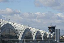 Aeropuerto de Alicante-Elche / El aeropuerto de Alicante-Elche está situado a 9 kilómetros al suroeste de la capital, en el término municipal de Elche, en una de las zonas más dinámicas y con mayor proyección empresarial y económica de la costa mediterránea.