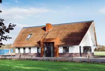"""XS Architecten, eikenhouten gebinten als basis / In het buitengebied ontdekten Anneke en Rutger een aantrekkelijke kavel. Deze was vrijgekomen door de 'rood voor rood'-regeling'. Op deze locatie hadden boerenschuren gestaan. Een goede reden om een huis te bouwen in de vorm van een schuurwoning. Dat was ook een eis van de gemeente. Het moest passend in de omgeving zijn. """"Ons vorige huis, een vrijstaand woonhuis in een nieuwbouwwijk stond nog te koop, maar we hebben het er toch op gewaagd omdat we deze kavel zo aantrekkelijk vonden."""