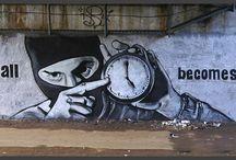 """P183 / E morto l'artista di strada russo che si firmava con la sigla """"P183"""" e di cui si conosceva solo il nome di battesimo Pavel: veniva definito il """"Banksy russo"""" per la grafica e il messaggio politico dei suoi interventi, tutti comparsi nei dintorni di Mosca, il più celebre dei quali forse sono gli occhiali che sbucano da una piazza innevata, con un palo della luce a fare da stanghetta. Pavel non aveva più di trent'anni, si dice 29.    (ap)"""
