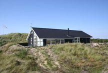 Ferienhäuser in Houvig an der dänischen Nordsee / Das schöne und friedliche Gebiet Houvig liegt zwischen dem Ringkobing Fjord, der Nordsee und dem Stadil Fjord, nur ca. 5 Kilometer nördlich des attraktiven Badeorts Sondervig. In Houvig gibt es eine der schönsten Dünenlandschaften Dänemarks, überzogen von Dünengras und mit den vor Wind schützenden Büschen. Die Grundstücke sind groß und haben viel Abstand zu den nächsten Nachbarn. Folglich herrscht dort Ruhe, echte Urlaubsstimmung und der herrlich breite Sandstrand ist auch nicht weit entfernt.
