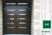 """NASZE REALIZACJE - DRZWI ZEWNĘTRZNE / Produkowane przez nas drzwi zewnętrzne drewniane wykonujemy z drewna sosna i meranti. Oferujemy drzwi w kilkunastu modelach ( numery podane w zielonym polu) , które mogą być """"prawie dowolnie"""" modyfikowane, a także zestawiane w zestawy dwuskrzydłowe oraz z naświetlem górnym i bocznymi."""