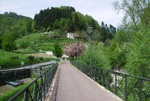 Bide Gorri (Camino Iniciático Rojo) / A su paso por Zumarraga-Urretxu, camino a su desembocadura en el Mar Cantábrico, el Río Urola es acompañado por un Bide Gorri transitado por ciclistas y caminantes.
