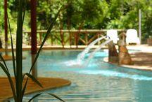 Piscinas Termales Hotel & Termas Huife / Hotel & Termas Huife cuenta con 3 piscinas termales al aire libre y una piscina semi-techada hidroterapéutica. Invierno y verano es un agrado relajarse con las bondades de las aguas termales de Termas Huife y a sólo 20 minutos de Pucón.
