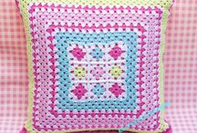 cojin rosa crochet