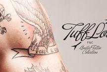 TUFFLOVE / A Fine&Candy convidou um tatuador portuense a ilustrar 13 modelos exclusivos em pele natural. As ilustrações foram feitas com caneta preta e os blocos nunca permanecerão iguais, pois a pele carneira é mutante e escurece em contacto com a luz, envelhecendo e criando manchas irregulares.
